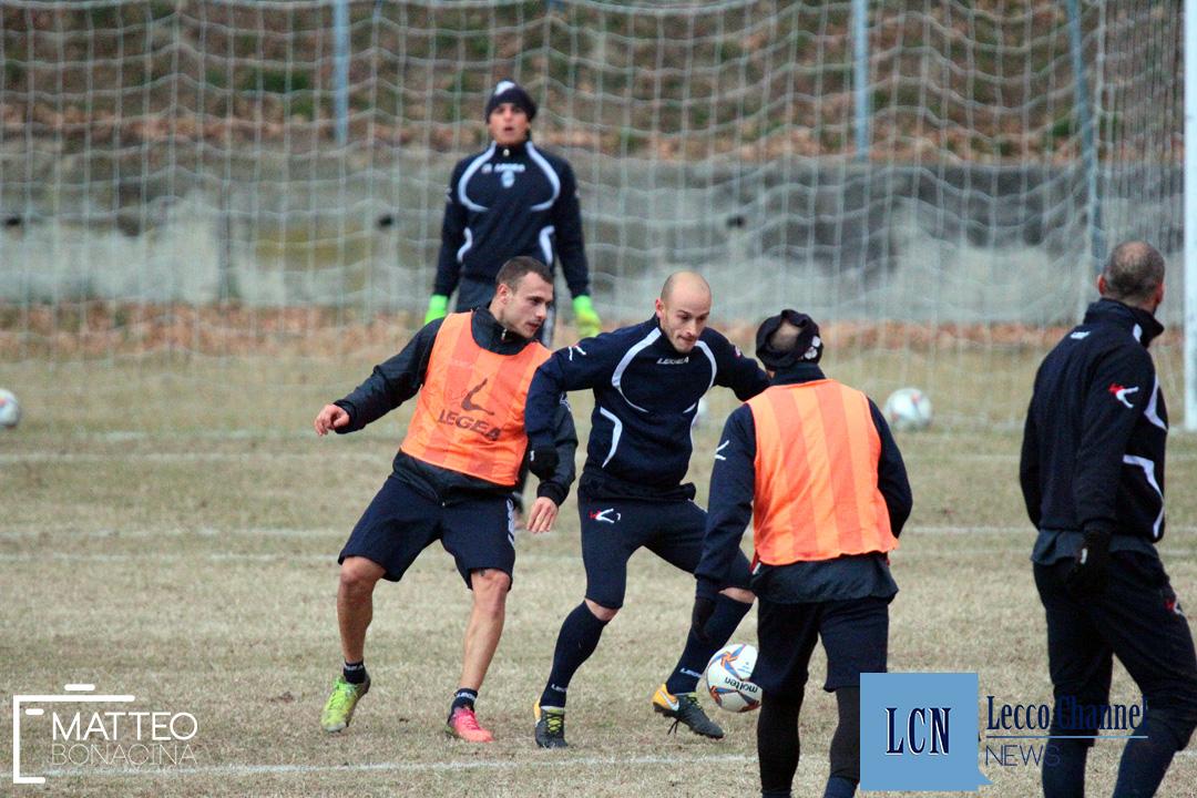 Davide Castagna bracca il capitano della Calcio Lecco Gabriele Cavalli