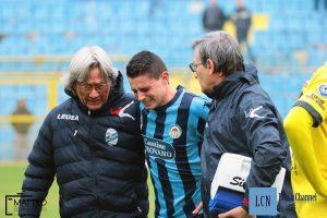 Il volto sofferente di Andrea Compagnone, costretto ad uscire dal campo durante Lecco-Ciliverghe